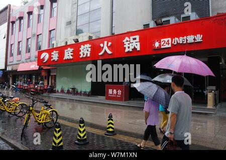 Pedestrians walk past a restaurant of Hai Di Lao Hotpot in Beijing, China, 27 August 2017.              Beijing's food safety watchdog has begun a two - Stock Photo