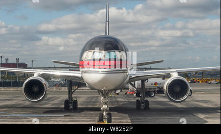 Flying from La Guardia Airport, New York City, to Pittsburgh on American Airlines Embraer 145 aircraft on the 12th October 2017. Credit: Colin Fisher/CDFIMAGES.COM/ALAMY - Stock Photo