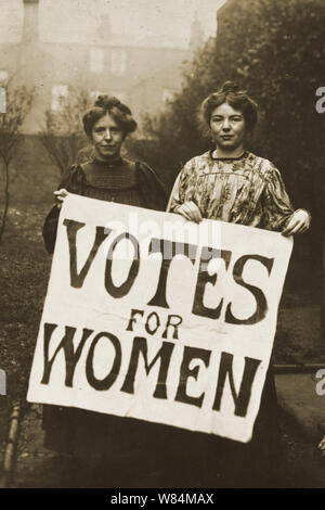 Annie Kenney and Christabel Pankhurst campaigning for women's suffrage - Stock Photo