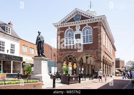 Tamworth Town Hall and Sir Robert Peel statue, , Market Square. Tamworth, Staffordshire, England, United Kingdom - Stock Photo