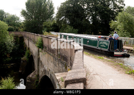 A narrowboat on the Grand Union Canal crossing the River Avon Aqueduct, Warwick, Warwickshire, England, UK - Stock Photo