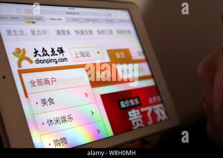 --FILE--A Chinese netizen browses the food and entertainment rating website Dianping.com in Shanghai, China, 17 February 2014.     Dianping, operator - Stock Photo