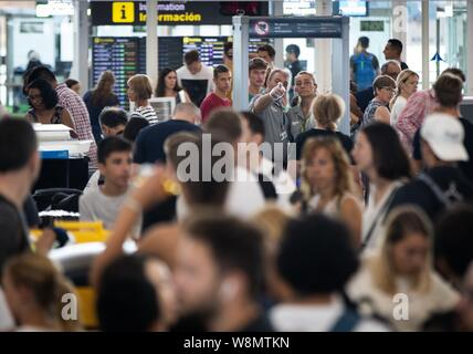 Barcelona, Spain. 10th Aug, 2019. A general view of the embarking gate at El Prat airport in Barcelona, Spain, 10 August 2019, on the second day of an indefinite strike of workers of Trablisa, the control security check company that operates in Barcelona's airport. Workers started the strike to demand improvement in their working conditions and a rise in salary of one euro more per hour, after negotiations between unions and the company failed. Credit: EFE News Agency/Alamy Live News - Stock Photo