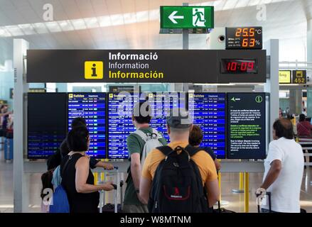 Barcelona, Spain. 10th Aug, 2019. Passengers looks for informartion of the embarking gates at El Prat airport in Barcelona, Spain, 10 August 2019, on the second day of an indefinite strike of workers of Trablisa, the control security check company that operates in Barcelona's airport. Workers started the strike to demand improvement in their working conditions and a rise in salary of one euro more per hour, after negotiations between unions and the company failed. Credit: EFE News Agency/Alamy Live News - Stock Photo