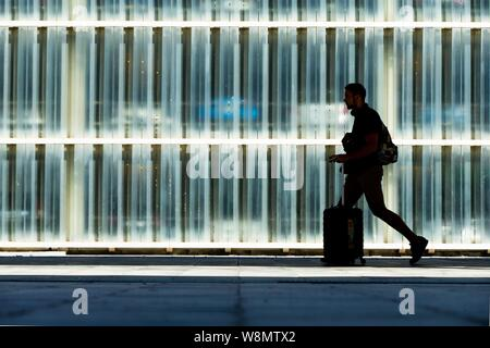 Barcelona, Spain. 10th Aug, 2019. A passenger in transit at El Prat airport in Barcelona, Spain, 10 August 2019, on the second day of an indefinite strike of workers of Trablisa, the control security check company that operates in Barcelona's airport. Workers started the strike to demand improvement in their working conditions and a rise in salary of one euro more per hour, after negotiations between unions and the company failed. Credit: EFE News Agency/Alamy Live News - Stock Photo