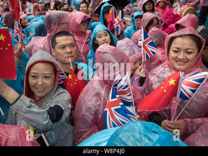 Whitehall, London, UK. 21st  October, 2015. Chinese supporters and anti Chinese activists face off opposite Downing Street in London prior to Presiden - Stock Photo