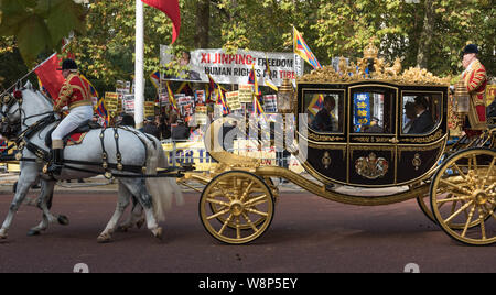 The Mall, London, UK. 20th October, 2015. Chinese President Xi Jinping together with the Queen ride past anti Chinese protesters as they make their wa - Stock Photo