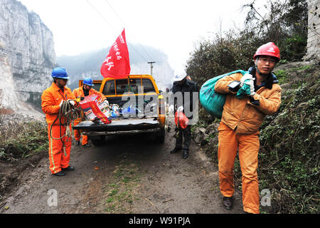 Electrical workers prepare cables for the rescue at the site of the landslide in Longchang Township, Kaili city, southwest Chinas Guizhou province, 18 - Stock Photo