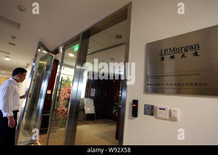 --FILE--A Chinese employee walks into a branch of J.P.Morgan in Suzhou city, east Chinas Jiangsu province, 21 July 2012.   JPMorgan Chase & Co. has lo - Stock Photo