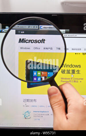 --File--A Chinese netizen browses the website of Microsoft in Guangzhou, south Chinas Guangdong province, 3 March 2012.   Chinas internet users have b - Stock Photo
