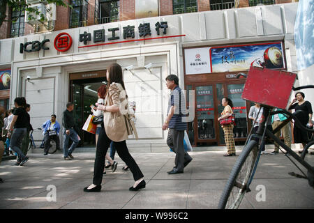 --File--Pedestrians walk past a branch of Industrial and Commercial Bank of China (ICBC) in Shanghai, China, 22 September 2011.   ICBC has priced its - Stock Photo