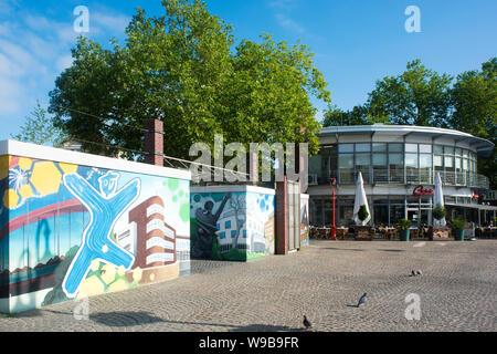 Deutschland, Ruhrgebiet, Kreis_Recklinghausen, Datteln, Neumarkt am westlichen Beginn der Fussgängerzone und Einkaufsstrasse 'Hohe Srasse', Toilettena - Stock Photo