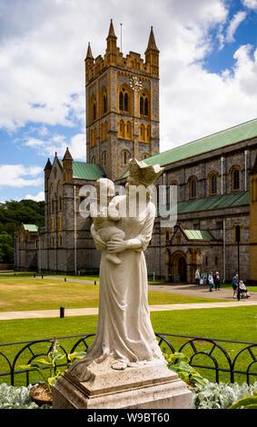 UK, England, Devon, Buckfast, Cistercian Abbey, Statue of Jesus and Mary at Abbey Church - Stock Photo