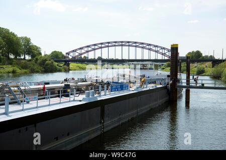Deutschland, Duisburg, Blick von der Ruhrschleuse Duisburg zur Karl-Lehr-Brücke - Stock Photo