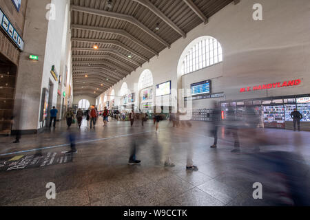 Stuttgart, Germany. 13th Aug, 2019. Travellers walk through the large hall in Stuttgart's train station. Due to the reconstruction of the main station for Stuttgart 21, shops and restaurants move out of the historic building. Credit: Fabian Sommer/dpa/Alamy Live News - Stock Photo