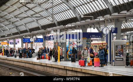 Wartende Passagiere, Bahnhof Spandau, Berlin, Deutschland - Stock Photo