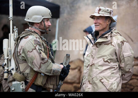 CLINT EASTWOOD and BRADLEY COOPER in AMERICAN SNIPER (2014), directed by CLINT EASTWOOD. Credit: WARNER BROS PICTURES / Album - Stock Photo