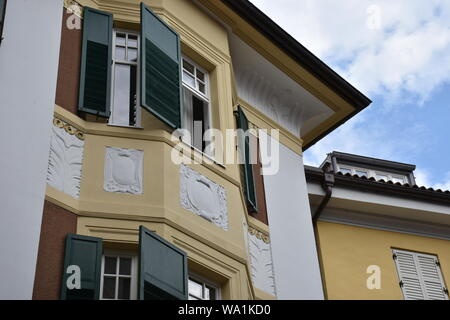 Meran, Südtirol, Kirche, Kirchturm, Zentrum, Stadtzentrum, Bürgerhaus, Bozner Tor, Stadttor, Uhr, Turmuhr, Wahrzeichen, Fresko, Heilige, Italien, Kurs - Stock Photo
