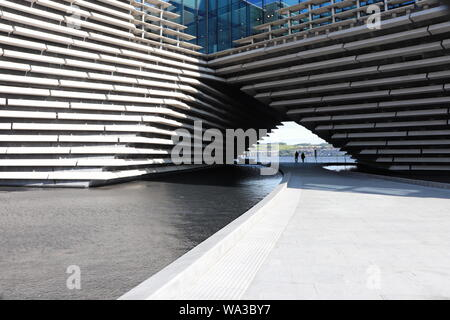 Old sailing ship RRS Discovery and V&A Dundee museum - Stock Photo