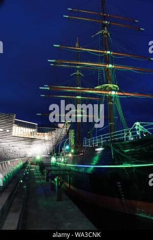 Old sailing ship RRS Discovery and V&A Dundee - Stock Photo