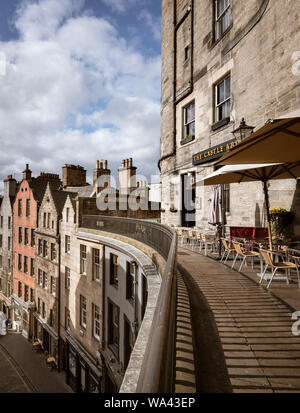 Outdoor seating at the Castle Arms pub on Victoria Terrace above Victoria Street in Edinburgh Old Town - Stock Photo