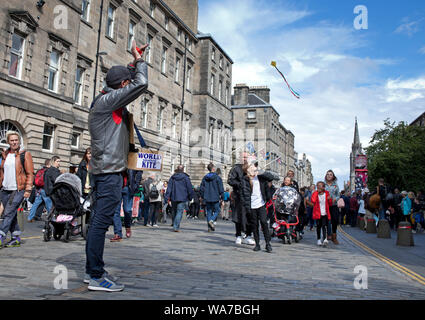 Royal Mile, Edinburgh, Scotland, UK. 18th Aug, 2019. Edinburgh Fringe, the man who makes the World Smallest Kite was flying one above the crowds in the gusty winds on the High Street. - Stock Photo