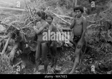 AJAXNETPHOTO. 1953-1957 (APPROX). INDO CHINA. VIETNAM. (IN-COUNTRY LOCATION UNKNOWN.) -  GROUP OF ETHNIC TRIBESMEN, POSSIBLY MONTAGNARDS, IN A COUNTRY LANDSCAPE.PHOTO:JEAN CORRE/AJAXREF:RX7_191508_255 - Stock Photo