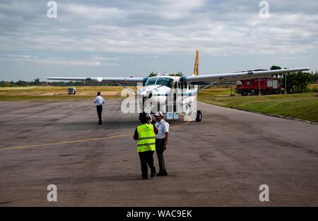 Ein kleines Propeller-Flugzeug ist gerade auf der Landabahn der Masai Mara gelandet - Stock Photo