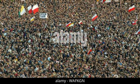 Warsaw, 05.04.2005. Pilsudskiego Sqaure - Another day of mourning after the death of Pope John Paul II.  National Mass held in remembrance of the Pope's first mass in Poland in 1979.  fot. Adam Chelstowski/FORUM - Stock Photo