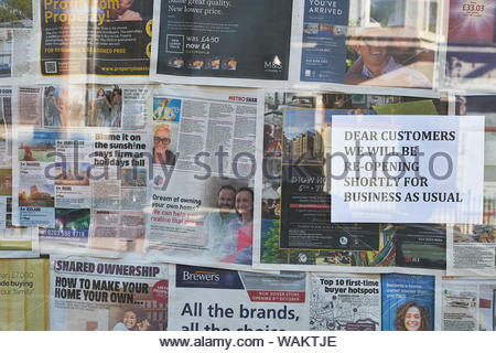 London, UK. 30th September, 2018. A shop window covered in newspapers with a sign reading: DEAR CUSTOMERS WE WILL BE RE-OPENING SHORTLY FOR BUSINESS A - Stock Photo
