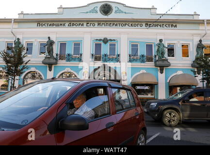 Yaroslavl, Russia. 20th Aug, 2019. YAROSLAVL, RUSSIA - AUGUST 20, 2019: A car parked near the grocery store Supplier of the Imperial Household. Artyom Geodakyan/TASS Credit: ITAR-TASS News Agency/Alamy Live News - Stock Photo