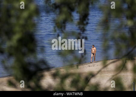 Yaroslavl, Russia. 20th Aug, 2019. YAROSLAVL, RUSSIA - AUGUST 20, 2019: A man walks along the Volga beach. Artyom Geodakyan/TASS Credit: ITAR-TASS News Agency/Alamy Live News - Stock Photo