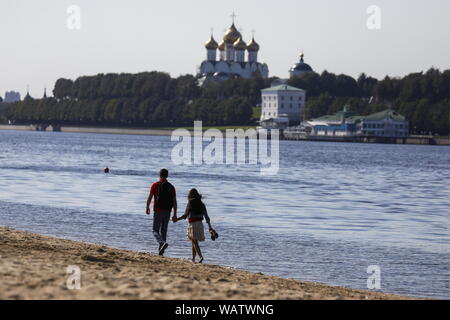 Yaroslavl, Russia. 20th Aug, 2019. YAROSLAVL, RUSSIA - AUGUST 20, 2019: A couple on the Volga beach opposite the Assumption Cathedral. Artyom Geodakyan/TASS Credit: ITAR-TASS News Agency/Alamy Live News - Stock Photo