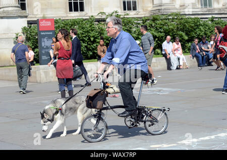 London, UK, 22 August 2019 People enjoying the sunshine in Trafalgar Square as hottest August bank holiday approaches. Credit: JOHNNY ARMSTEAD/ Alamy Live News - Stock Photo