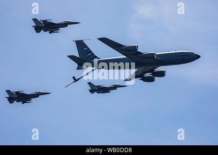 """A U.S. Air Force KC-135R Stratotanker with the New Jersey Air National Guard's 108th Wing and F-16 Fighting Falcons with the 177th Fighter Wing simulate a mid-air refueling during the 2019 Atlantic City International Airshow """"A Salute To Those That Serve"""" at Atlantic City, N.J., Aug. 21, 2019. (New Jersey National Guard photo by Mark C. Olsen) - Stock Photo"""