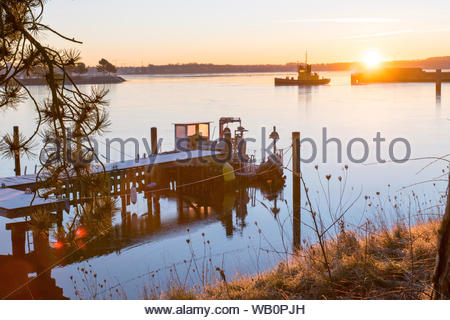 Morgendämmerung an der Kieler Ostsee im Plüschowhafen an einem schönen Wintertag Dawn on the Baltic Sea near Kiel in the harbour named Plüschowhafen o - Stock Photo