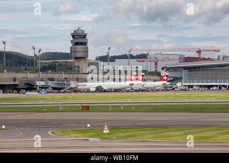 Flughafen-Vorfeld am Flughafen Zürich (ZRH). 15.08.2019 - Stock Photo