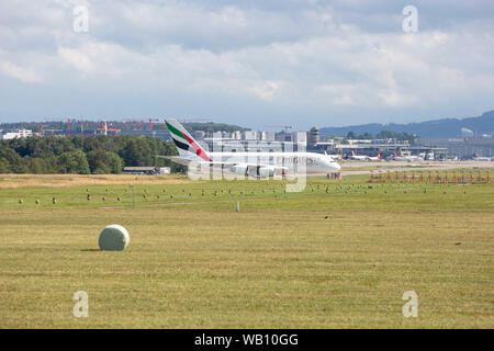 Emirates Airbus A380-800 beim Abflug vom Flughafen Zürich (ZRH). 15.08.2019 - Stock Photo