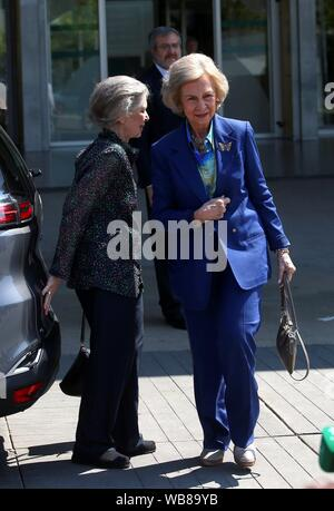 Madrid, Spain. 25th August, 2019. Spain's Emeritus Queen Sofia (R), arrives, accompanied by her sister Princess Irene of Greece, to visit her husband, Spain's emeritus King Juan Carlos I, at Quiron Salud Madrid Hospital in Pozuelo de Alarcon, outside Madrid, Spain, 25 August 2019. According to the lastest medical bulletin, the health of the monarch is 'evolving satisfactorily' after the triple bypass surgery undergone by the king a day before.EFE/ Rodrigo Jimenez/Alamy live news Credit: EFE News Agency/Alamy Live News - Stock Photo