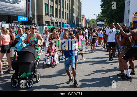 Ladbroke Grove, London, UK 25th August 2019, Carnival performers and goers, People and Carnival performers enjoy the hot weather at the Notting Hill C - Stock Photo