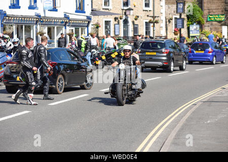 Matlock Bath, Derbyshire, UK: August 26th 2019. Heatwave Temperature sore in the high twenties on Bank holiday Monday. People enjoy an ice cream along the promenade and a boat trip down the River Derwent. Credit: Ian Francis/Alamy Live News - Stock Photo