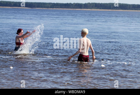 Dundee, Tayside, Scotland, UK. 26th August, 2019. UK weather. Heatwave sweeps across Dundee on Bank Holiday Monday with temperatures reaching 24º Celsius. Holidaymakers day out enjoying the late afternoon weather on Broughty Ferry beach. A young couple Claire and Paul having fun splashing about in the river Tay to cool down. Credit: Dundee Photographics / Alamy Live News - Stock Photo