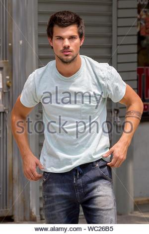 16 Pics Of Taylor Lautner's INSANE Body Transformation ... |Taylor Lautner Body 2013