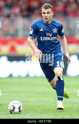 Berlin, Germany. 28th Apr, 2019. Soccer: 2nd Bundesliga, 1st FC Union Berlin - Hamburger SV, 31st matchday. Vasilije Janjicic from Hamburger SV runs the ball across the pitch. Midfielder Vasilije Janjicic is moving from Hamburger SV to FC Zurich. The 20-year-old signed a three-year contract with the Swiss first division team. Credit: Andreas Gora/dpa/Alamy Live News - Stock Photo