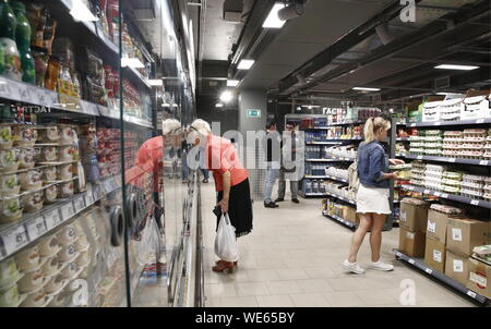 Moscow, Russia. 29th Aug, 2019. MOSCOW, RUSSIA - AUGUST 29, 2019: Customers at a Pyaterochka grocery store. Artyom Geodakyan/TASS Credit: ITAR-TASS News Agency/Alamy Live News - Stock Photo