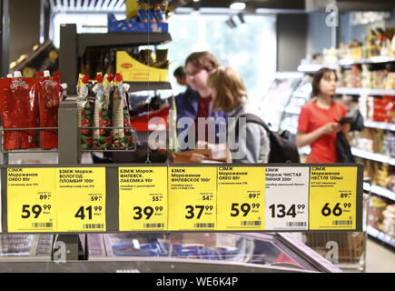 Moscow, Russia. 29th Aug, 2019. MOSCOW, RUSSIA - AUGUST 29, 2019: Price tags at a Pyaterochka grocery store. Artyom Geodakyan/TASS Credit: ITAR-TASS News Agency/Alamy Live News - Stock Photo