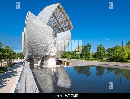 France, Paris, along the GR® Paris 2024, metropolitan long-distance hiking trail created in support of Paris bid for the 2024 Olympic Games, Bois de Boulogne, Louis Vuitton Foundation designed by the architect Frank Gehry - Stock Photo