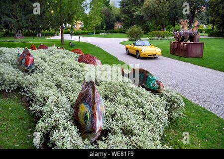Italy, Tuscany, Florence, listed as World Heritage by UNESCO, Alfa Romeo Duetto Spider yellow cabriolet in the gardens of the Palazzo Della Gherardesca, 5 star palace Four Seasons Hotel Firenze - Stock Photo