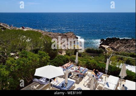 France, Alpes Maritimes, Saint Jean Cap Ferrat, Grand-Hotel du Cap Ferrat, a 5 star palace from Four Seasons Hotel, the chic poolside Club Dauphin facing the sea where you can sunbathe in complete relaxation - Stock Photo