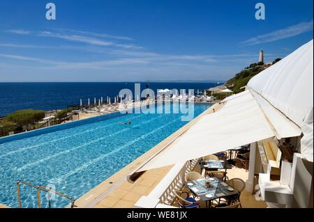 France, Alpes Maritimes, Saint Jean Cap Ferrat, Grand-Hotel du Cap Ferrat, a 5 star palace from Four Seasons Hotel, the chic poolside Club Dauphin by the pool and facing the sea - Stock Photo